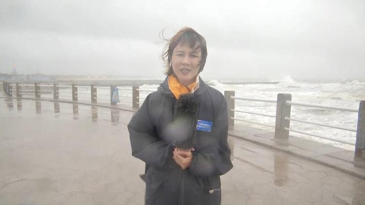 """女记者脸被台风吹变形?49秒视频看闪电新闻16路记者在线""""追风"""""""
