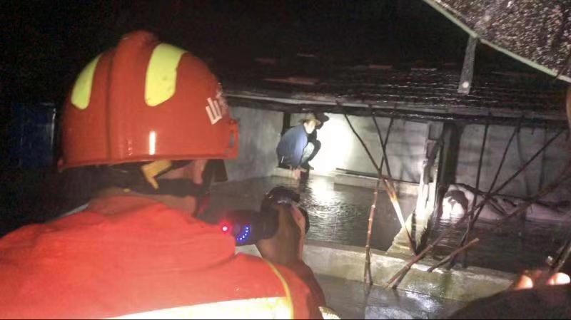 受台风影响水漫养猪场 兰陵老两口舍不得十几头猪被困墙头