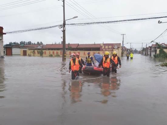 博兴遭强降雨很多村庄积水成河 消防背出被困群众