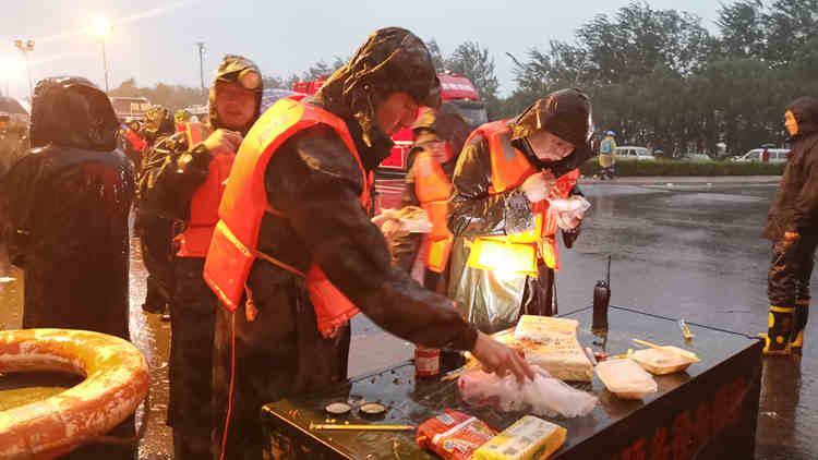 夜间救援守护者:救援间隙,雨中拌饭
