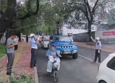 18秒丨一群人守护一座城,烟台街头电缆垂落,民警托举保障通行
