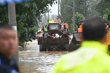 52秒丨铲车队进村救人 章丘百余名群众被安全转移