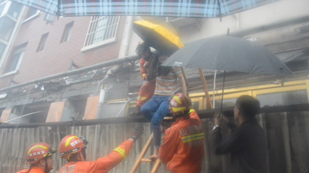 广告牌掉落堵住商铺出口 济南消防成功疏散32名被困者