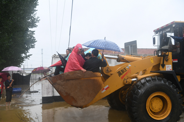 组图丨章丘皋西村受灾水深可达4米 铲车运送1500余人安全转移