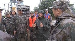 山东省委书记刘家义冒雨乘坐装载机深入一线 现场指挥抗洪抢险