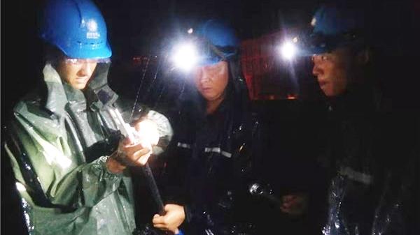 28秒|台风致10千伏支线停电 施工员一手搂电杆一手装接冒雨抢修