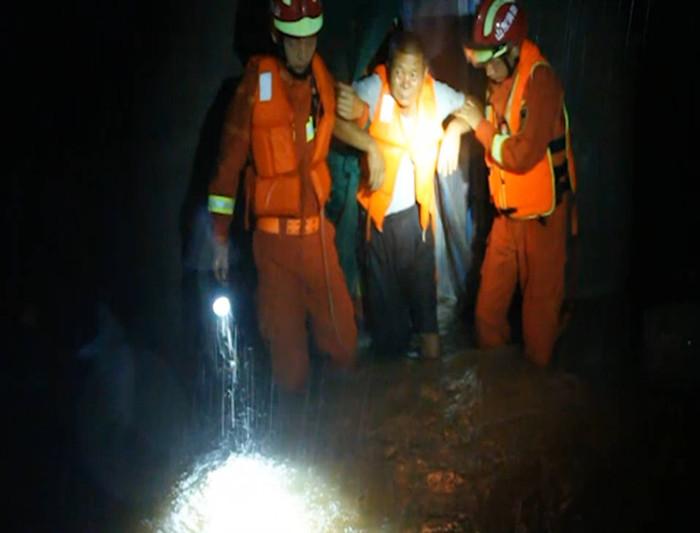 50秒|强降雨致村庄被淹 枣庄消防人员紧急营救被困老人