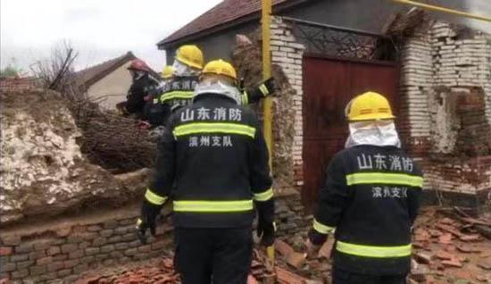 """滨州:""""利奇马""""拔树又倒屋消防员救人又修路"""