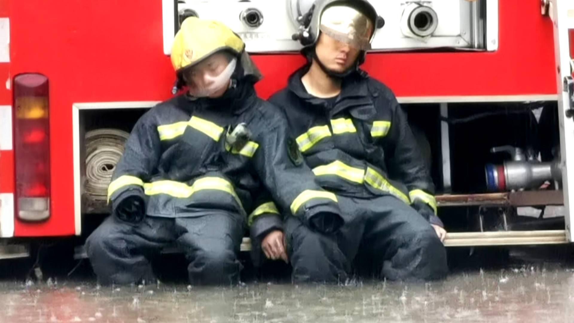 61秒|你们熟睡的样子最美!救援超10小时,两名消防员风雨中睡着