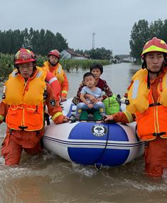 42秒丨邹平一男孩被困生病难就医 消防涉水进村将其送医