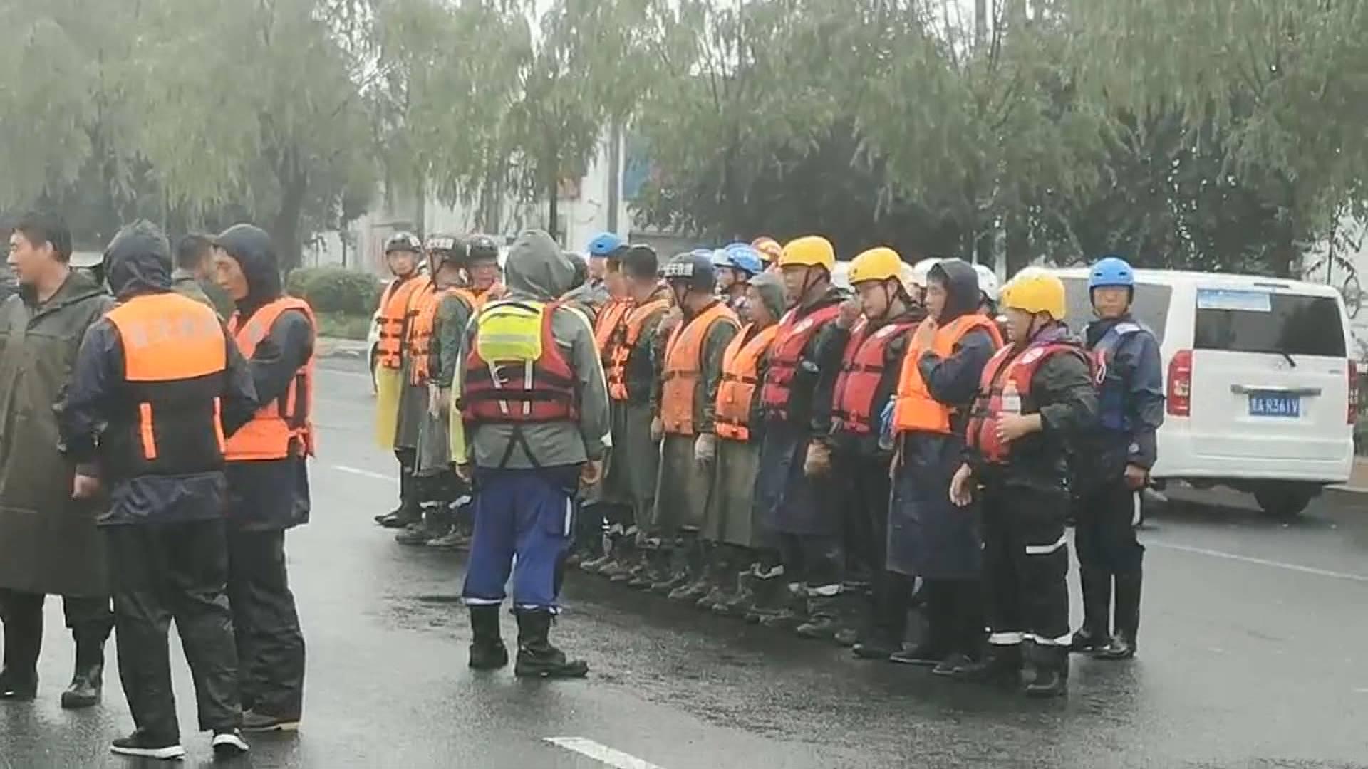 38秒|济南章丘皋西村因暴雨被淹 蓝天救援队村外集结搜救