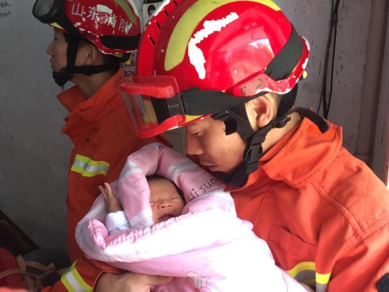 淄博消防员化身奶爸!紧紧抱着出生仅15天婴儿趟过齐腰深水