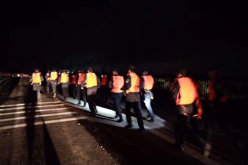 徒步几公里扛运3500袋沙袋固堤 山东特警总队成功除险加固弥河侯镇段河堤