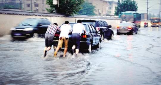 小Q说车丨汽车被雨水浸泡如何理赔?专家科普这样做更止损