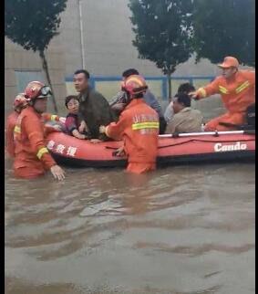 大雨加泄洪200人被困 淄博消防员用冲锋舟历经7小时救出