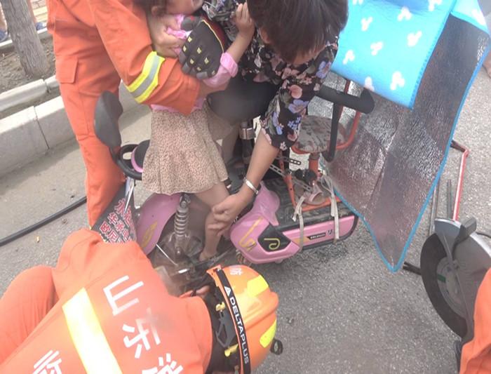 76秒丨临沂6岁女童右脚被卡电动车后轮 消防员趴地施救