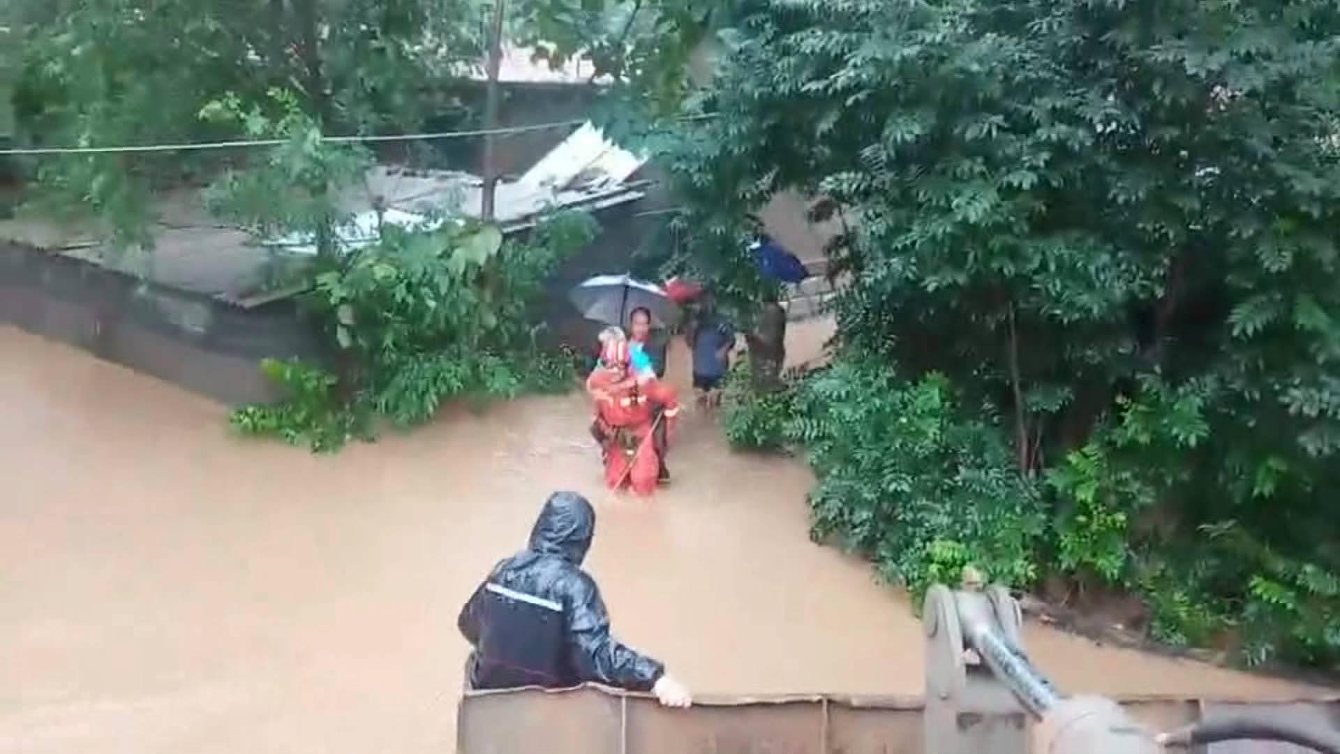 22秒|台风来袭两老人被困 淄博消防水中横渡利用推土机救援