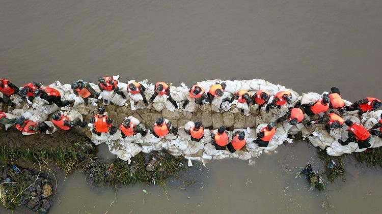 独家航拍丨500名抢险队员连夜作战,淄博孝妇河袁家村段两处决口成功封堵