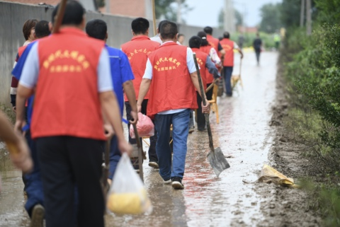 """寿光张僧河决口抢险现场特写:与志愿者徒步""""最后一公里"""""""