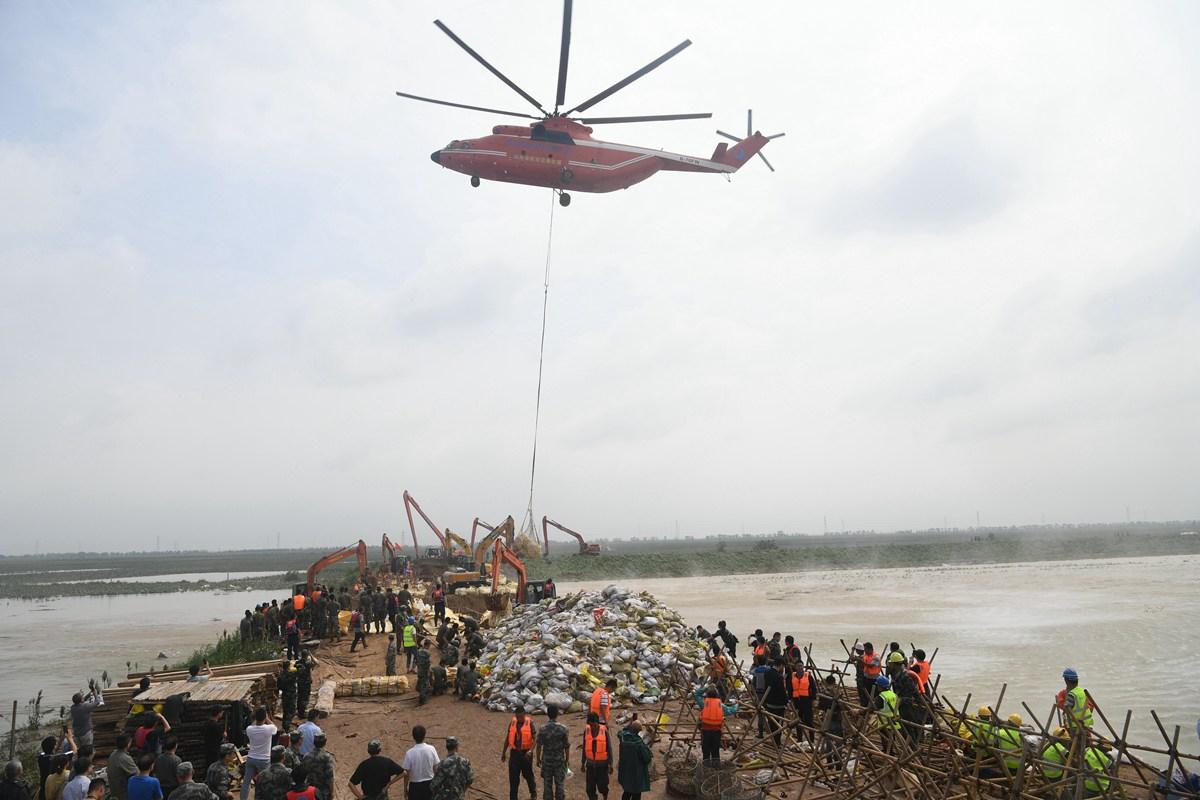 3分钟运抵决堤口! 米26直升机为寿光灾区全力运送封堵砂石