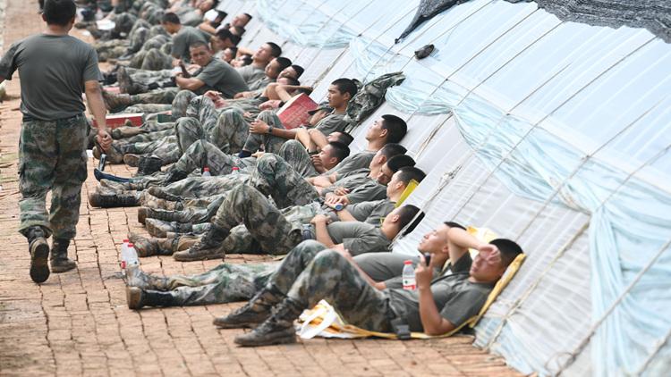 39秒 | 奋力堵决口!救援官兵烈日下席地而坐短暂休整