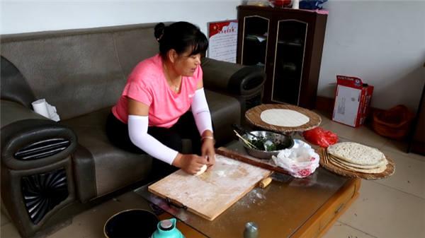 """""""暖心菜饼""""送亲人!东营女子张国红:不忍心他们整天吃泡面"""