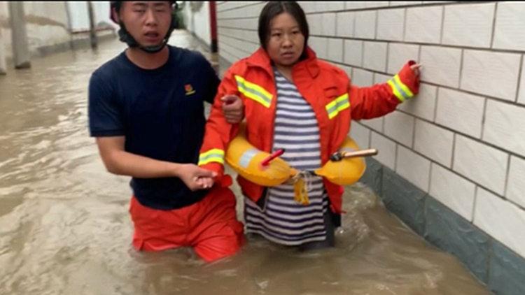 31秒 | 暖心!消防员以身试水 救出怀孕9个半月的孕妇