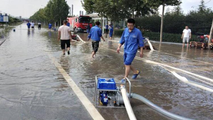 18秒丨淄博傅山路两侧企业积水严重 员工连夜开展生产自救