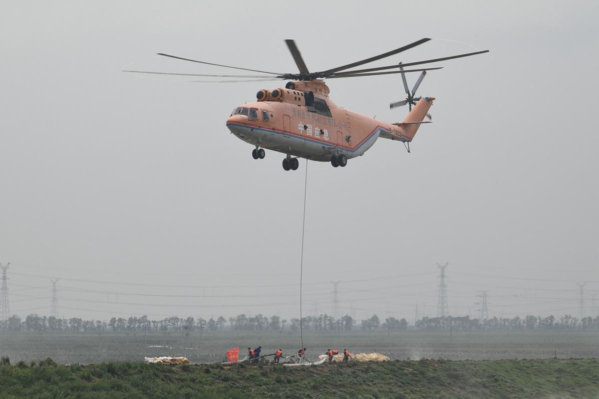 寿光抗洪M-26直升机运送砂石200吨 直升机投石封堵决口国内尚属首次
