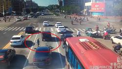 43秒|八旬老人十字路口车流中乞讨,交警这个举动很暖心