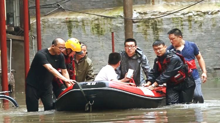 """80秒丨术后10天投入抢险一线、涉水转移400名居民 看看潍坊抢险救援中的""""巾帼英雄"""""""