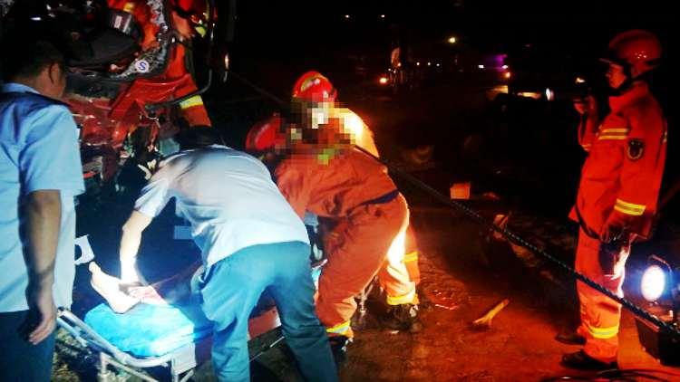 """42秒丨夜间两车追尾驾驶员被困 消防员""""强力牵引""""成功救援"""