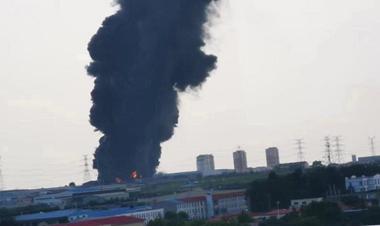 即墨阎家岭村一企业仓库发生火情:火势已被控制,无人员伤亡