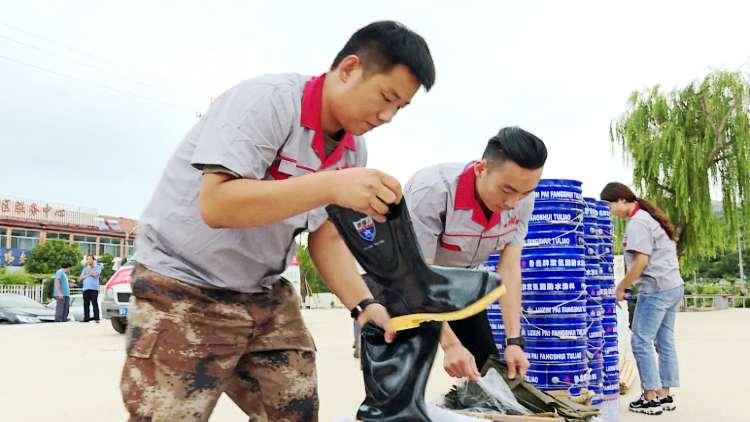 57秒丨两支爱心队伍齐援潍坊临朐 为受灾群众送去1.6万元现金和应急赈灾物资