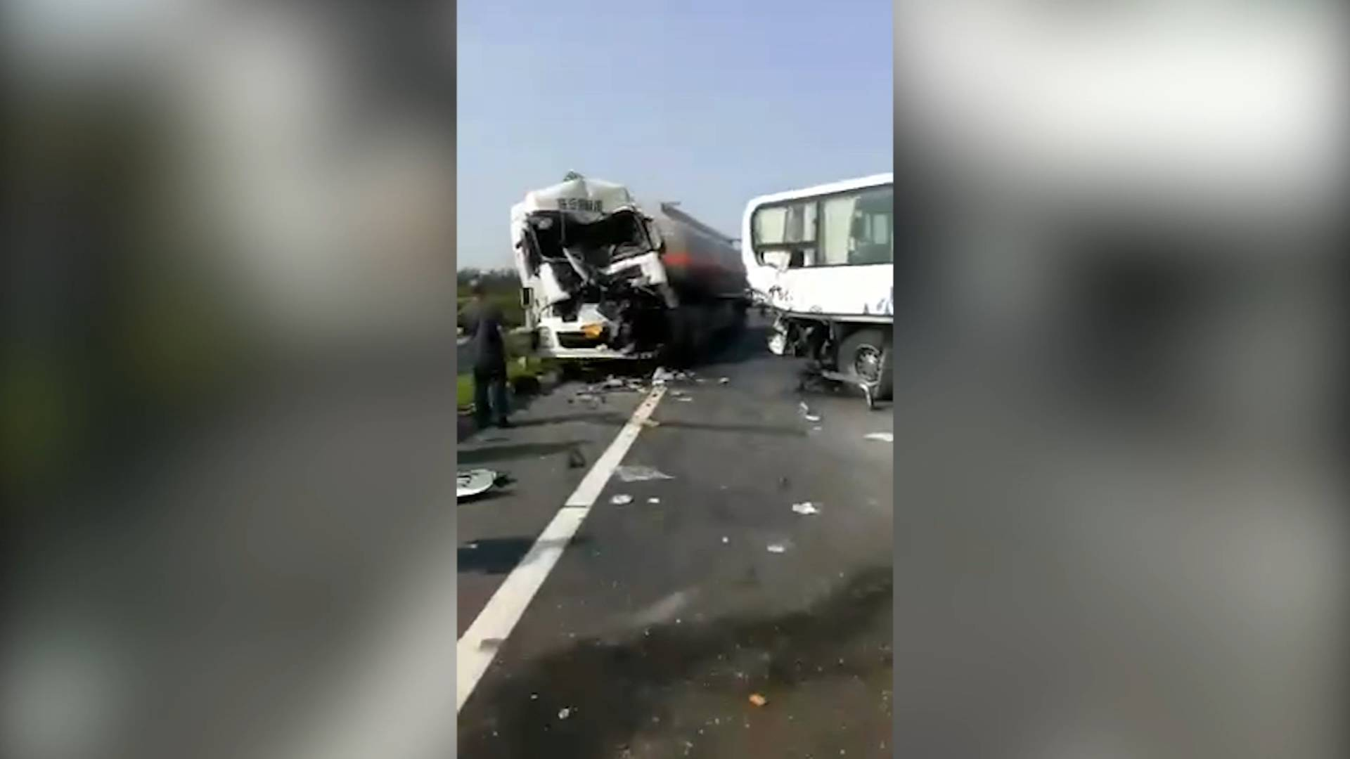 27秒丨济聊高速一危险品罐车与两辆客车追尾 有人员受伤