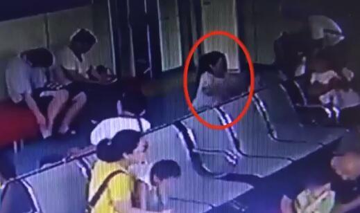 16秒丨滨州一女子带娃打疫苗偷走别人手机 现已被依法拘留