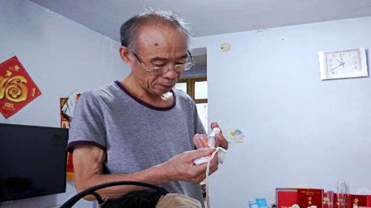 像爱护婴儿一样爱护她!潍坊六旬老人照顾瘫痪老伴10年不离不弃
