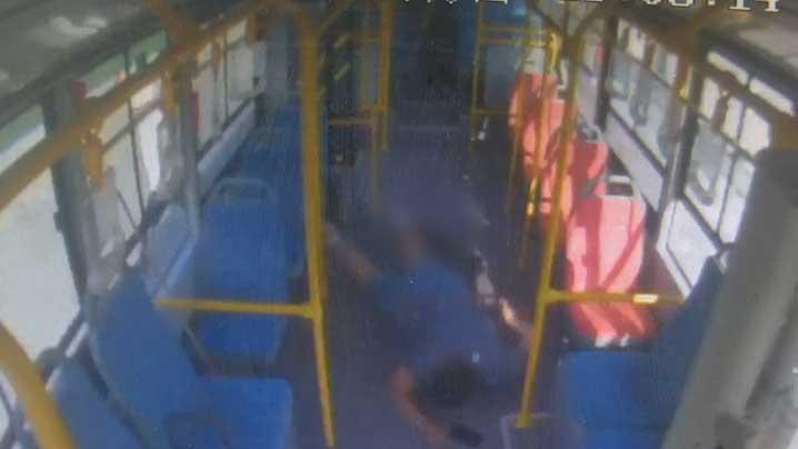 33秒丨淄博14岁男孩体重超200斤 公交车上突发高血压晕倒
