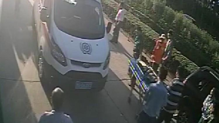 51秒丨暖心!潍坊一环卫工人被越野车压住 众人合力抬车救人