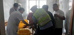 21秒 男子被玻璃划破动脉血流不止 交警紧急护送连转两家医院