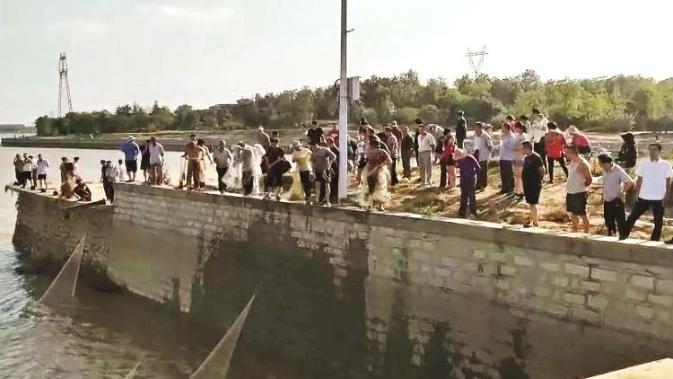 51秒丨弥河丹河水位下降 寿光市民到底该不该沿河捕鱼?