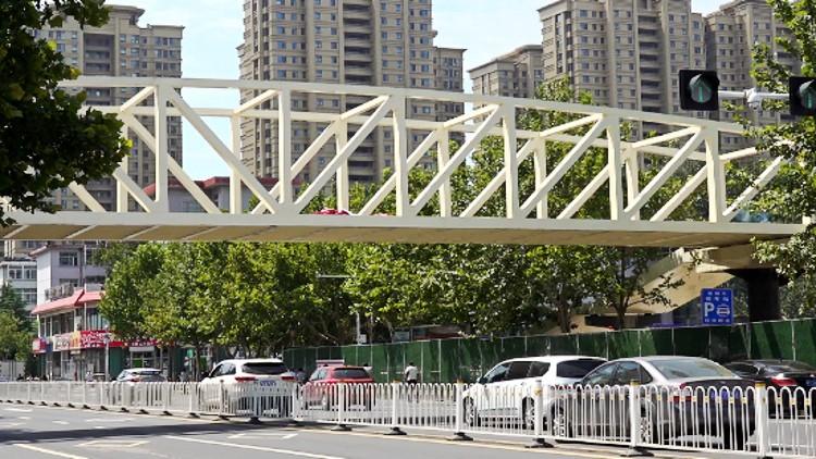 """63秒丨潍坊这处新天桥一夜间搭起""""钢筋铁骨"""" 9月底市民可坐电梯过街"""
