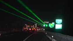 """61秒 聊城高速安装防疲劳""""神器""""绿色光幕唤醒司机""""瞌睡虫"""""""