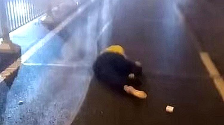 济南泺源大街凌晨发生惨烈交通事故 目击者:摩托车撞上出租车,三人倒地