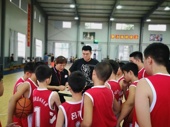 泉城篮球追梦人 默默无闻做青训