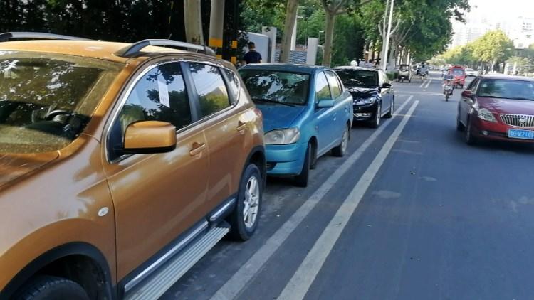 58秒丨潍坊虞河路西侧20多个公共停车位取消 如再停放将吃罚单