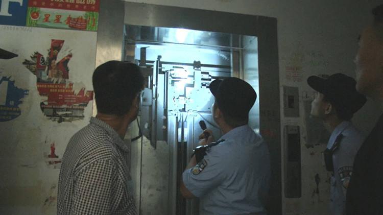 46秒|惊险!齐河8人被困电梯,民警自己研究将门打开