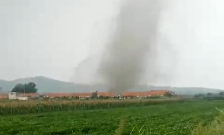 22秒丨威海文登遭龙卷风袭击 碎瓦满天飞拖拉机被掀翻