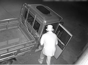 47秒丨凌晨三点一男子蒙面偷车 刚开走遇上了巡逻民警