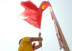 46秒丨深山里红旗冉冉升起!直击枣庄大山深处小学开学第一课